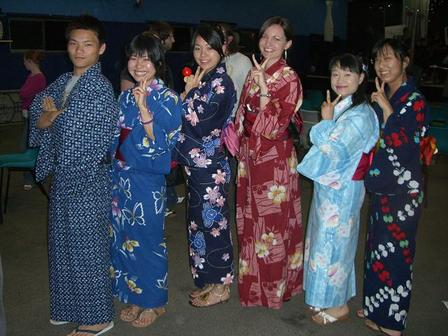 Yukata_girls_and_a_boy